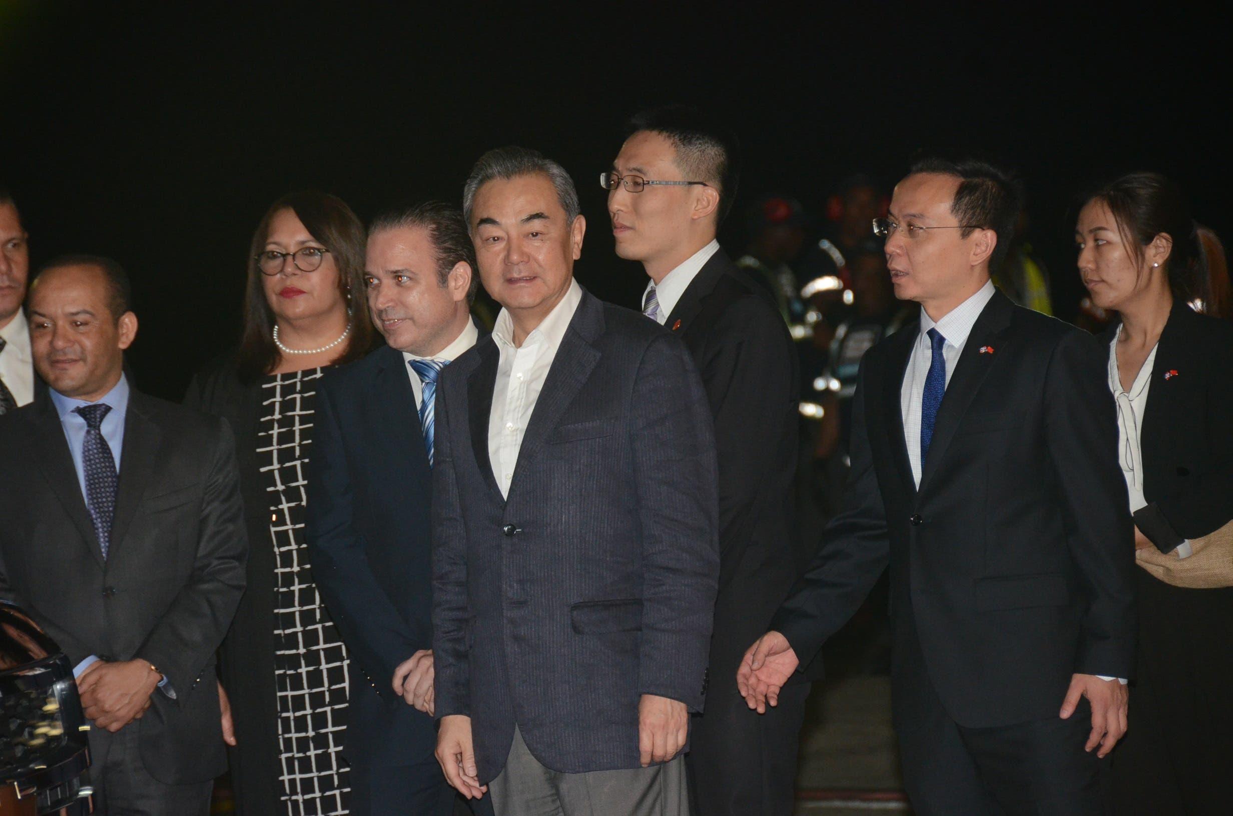 Canciller chino llega al país; hoy lo recibirá Presidente