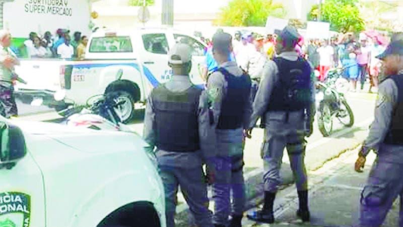 Protesta en Yaguate por terminacion escuela, dirigentes ADP detenidos. Hoy/Fuente Externa 7/9/18