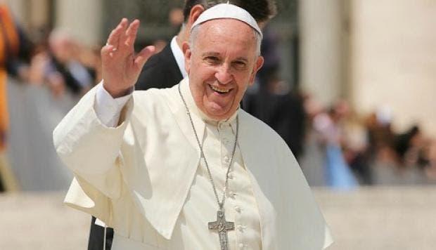 Exnuncio arremete contra papa por silencio ante acusaciones