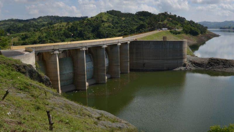 La presa de Tavera se inició su construcción en el año 1969, a cargo de la empresa norteamericana Emkai, con la participación de una contrapartida de ingenieros dominicanos, el día 27 de febrero de año 1973, el presidente Joaquín Balaguer la inauguró, para convertirse en el primer gran embalse. Esta represa tiene capacidad para 170 millones de metros cúbicos de agua y junto a su gemela Bao, inaugurada diez años después, pueden almacenar 417 millones de metros cúbicos. En esta presa de utilizan las aguas del río Yaque del Norte, en la provincia Santiago. Estas aguas se suministran para el consumo y para energía hidroeléctrica de casi todo elCibao Central, e irriga una buena parte de sus tierras. Santo Domingo, República Dominicana Foto : Orlando Ramos/Acento.com.do Fecha: 28/10/2014