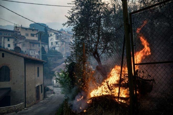 Cientos de personas evacuadas por un incendio en la Toscana italiana