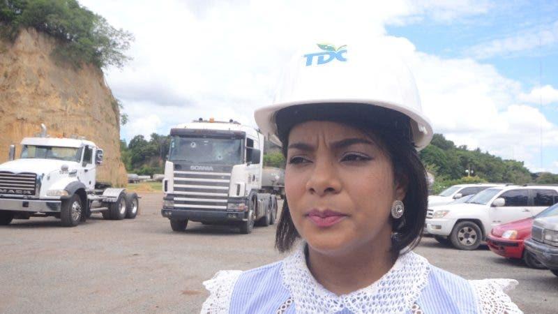 La empresa Trans-Diesel del Caribe (TDC) denunció que varios de sus camiones tipo tanqueros cargados de combustible fueron atacados por desaprensivos cuando transitaban por la avenida Circunvalación Santo Domingo próximo a la autopista Duarte. en quita Sueño de Haina Santo Domingo Rep. Dom. Foto Pedro Sosa