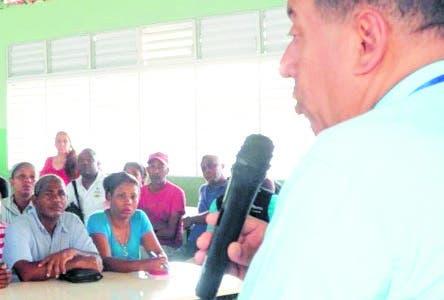 Este martes las autoridades de Salud, en coordinación con Obras Públicas  se reunieron con líderes comunitarios del sector  Villa Verde y declararon que mantienen  bajo control el brote de malaria que se  produjo  en ese zona perteneciente a la Ciénaga en Los Alcarrizos y el barrio Juan Guzmán de Manoguayabo, en el municipio Santo Domingo Oeste.  El coordinador de las Direcciones  Provincial y Áreas de Salud, doctor Rafael Jacques informó que ha sido exitosa la intervención de  la comunidad con el plan de contingencia de 60 días ya que en los últimos días no se ha confirmado ningún caso. Hasta el momento 21 caso sospechoso. Hoy/Fuente Externa 11/9/18