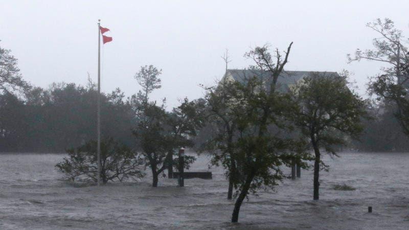 Vientos y olas del huracán Florence azotan Swansboro, Carolina del Norte, el viernes 14 de septiembre de 2018. (AP Foto/Tom Copeland)