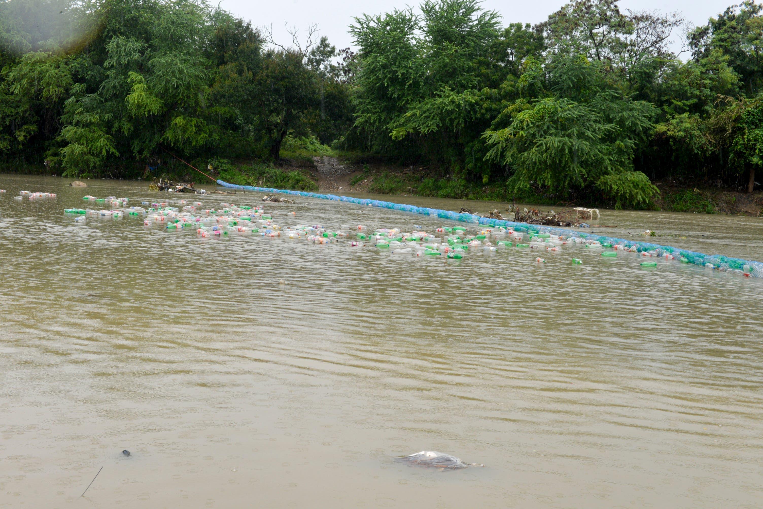 Instalan primera biobarda en Río Nigua para recolectar desechos sólidos