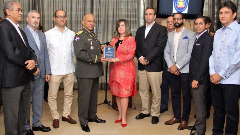 Foto 3 - El general Justo Fernández es reconocido por directivos de Adesinc.