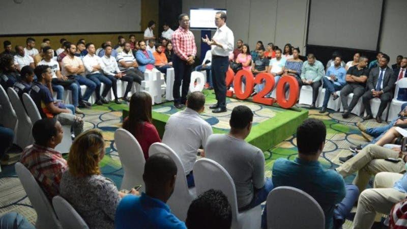 Ito Bisonó durante el encuentro con jóvenes de Santiago.