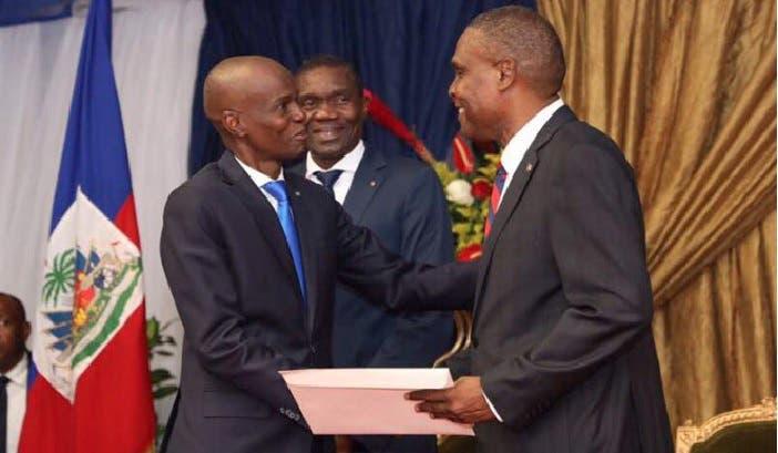 Jovenel Moïse y el primer ministro  Jean Henry Ceant se saludan/Foto: Fuente externa.
