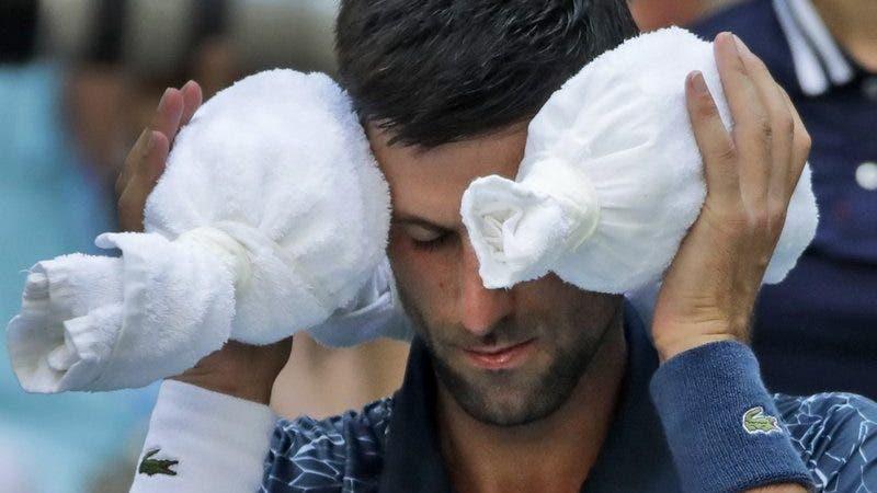 Djokovic se coloca hielo envuelto en una toalla alrededor de su cabeza durante el encuentro de octavos de final del US Open ante el portugués Joao Sousa, el lunes 3 de septiembre de 2018 (AP Foto/Carolyn Kaster)