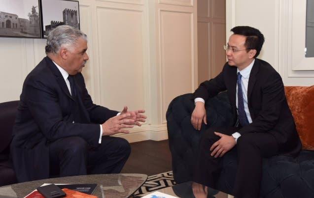 El canciller dominicano Miguel Vargas y el embajador de China Zhang Run