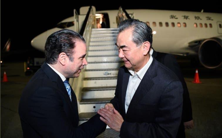 Llega a la República Dominicana el canciller chino Wang Yi