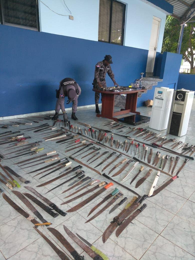 Policía Nacional ocupa centenar de armas blancas y de fuego durante agosto en La Romana