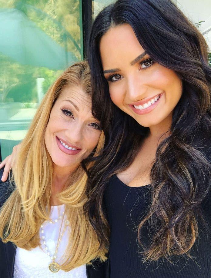 Madre de Lovato dice la estrella recibe ayuda que necesita