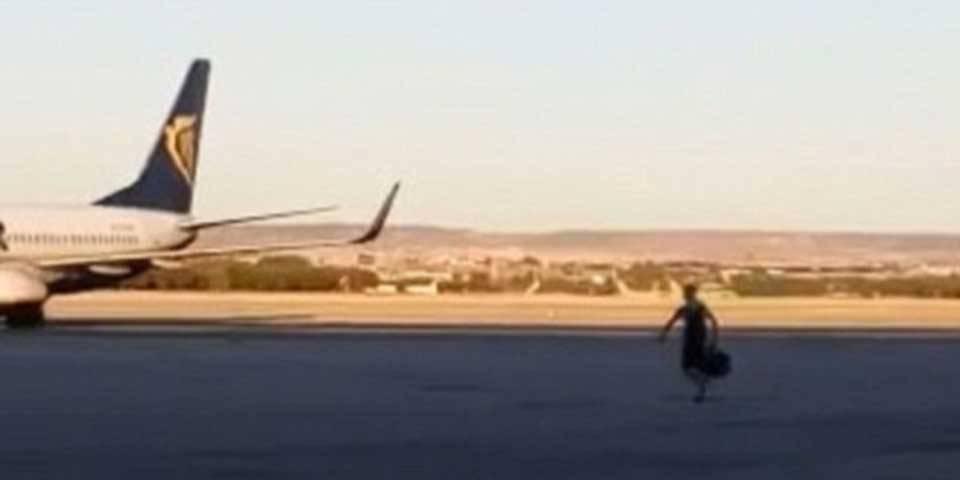 Detienen pasajero que corrió por la pista para alcanzar su vuelo