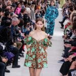 Paris (France), 30/09/2018.- A model presents a creation of the Spring/Summer 2019 Women's collection by Italian designer Pier Paolo Piccioli for Valentino during the Paris Fashion Week, in Paris, France, 30 September 2018. The presentation of the Women's collections runs from 24 September to 02 October. (Moda, Francia) EFE/EPA/CHRISTOPHE PETIT TESSON