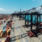 ADOZONA afirmó que la creación del marco legal que regulará el funcionamiento de los centros logísticos, establecido mediante el Decreto 262-15 por el presidente Danilo Medina, creará las condiciones para que el país se convierta en un enclave estratégico para el comercio mundial. Hoy. 13-09-15. // Fuente Externa.