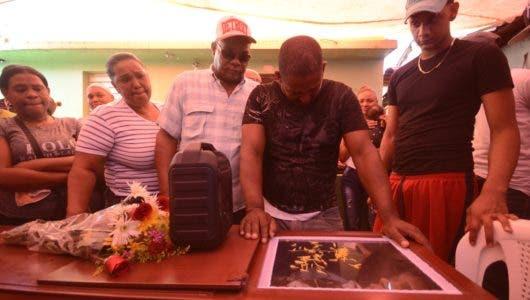 En medio reclamo de justicia sepultan joven acribilló DNCD