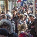 Centenares de personas hacen fila en una tienda gubernamental de marihuana en Montreal tras entrar en vigor la despenalización de la venta de cannabis en Canadá, el miércoles 17 de octubre de 2018. (Ryan Remiorz/The Canadian Press vía AP)