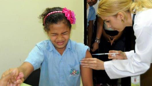 Ginecólogos valoran se vacune por ley contra  papiloma