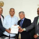 El ministro Benítez entrega un cheque de avance para construcción de planta térmica en Baní.