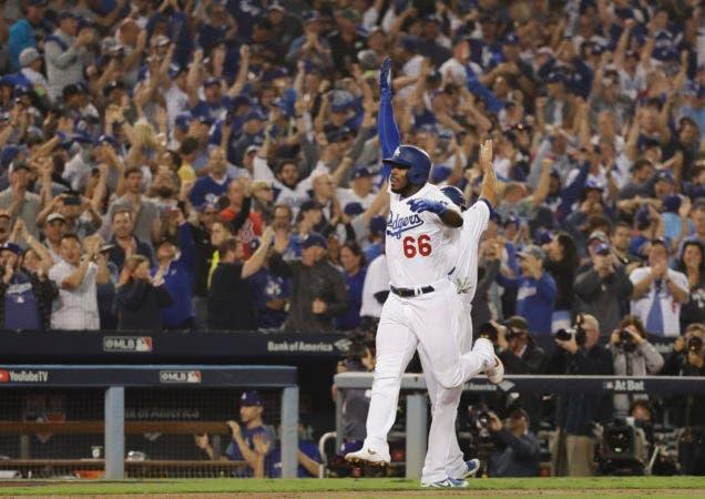 1. Yasiel Puig de los Dodgers de Los Angeles festeja tras batear un jonrón ante los Medias Rojas de Boston en el sexto inning del cuarto juego de la Serie Mundial, el sábado 27 de octubre de 2018. (AP Foto/David J. Phillip)