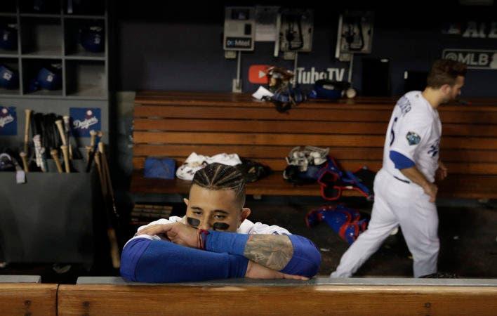 12. Manny Machado, de los Dodgers de Los Ángeles, recarga los brazos en una barra del dugout, tras la derrota en la Serie Mundial ante los Medias Rojas de Boston, el domingo 28 de octubre de 2018 (AP Foto/Jae C. Hong)