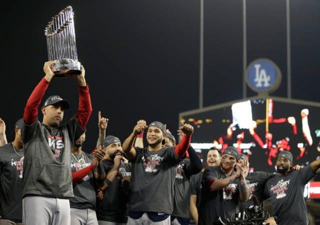 16. Alex Cora, manager boricua de los Medias Rojas de Boston, levanta el trofeo de la Serie Mundial, el domingo 28 de octubre de 2018, en Los Ángeles