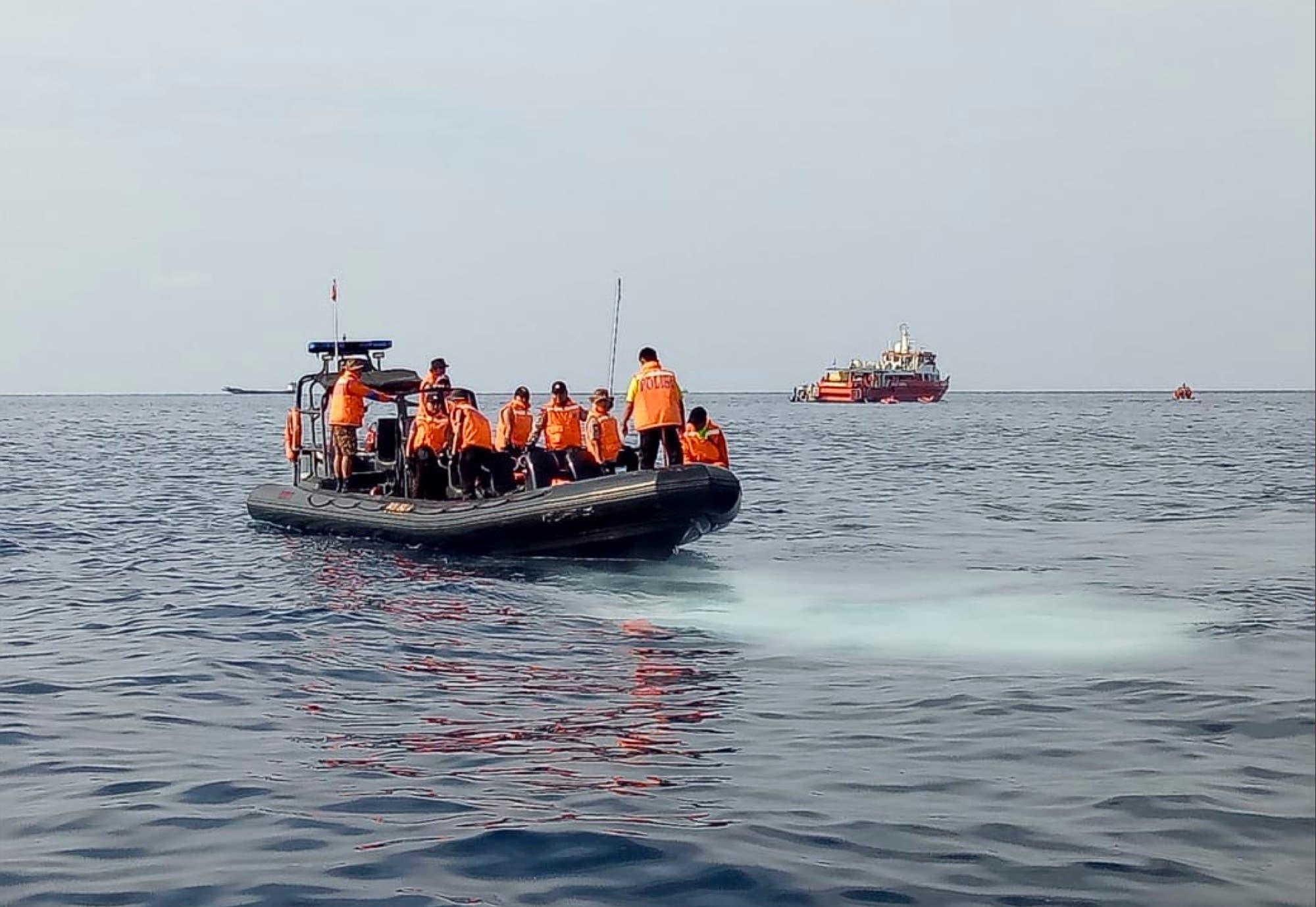 Buscan rastro de vida de los  188 ocupantes del avión estrellado en Indonesia
