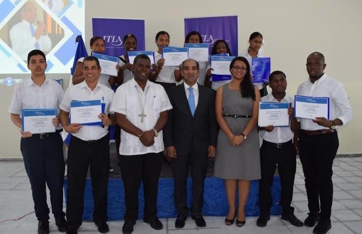 ITLA entrega 849 becas a munícipes de Boca Chica para estudiar inglés