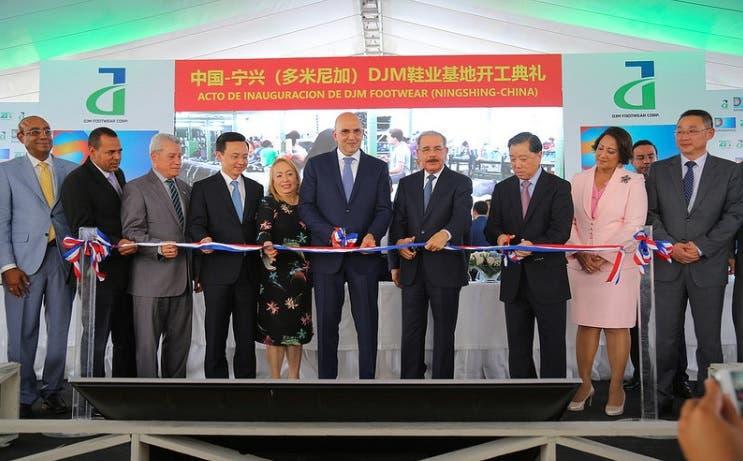 Presidente Medina encabeza inauguración de primera fábrica de calzados de China en Santiago