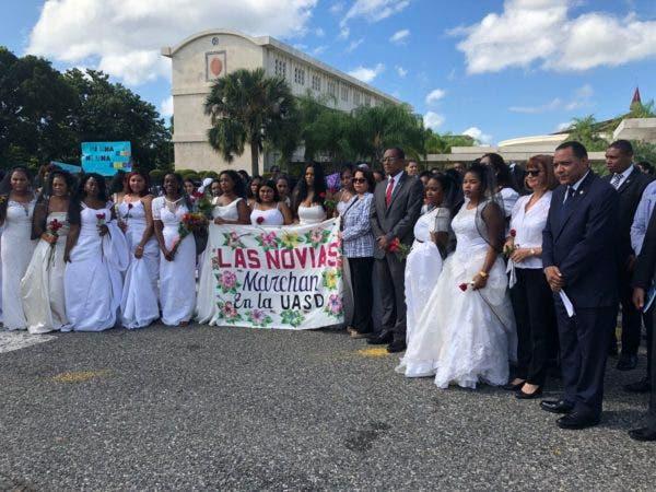 1. Marcha de las Novias en contra de la violencia a la mujer en la UASD