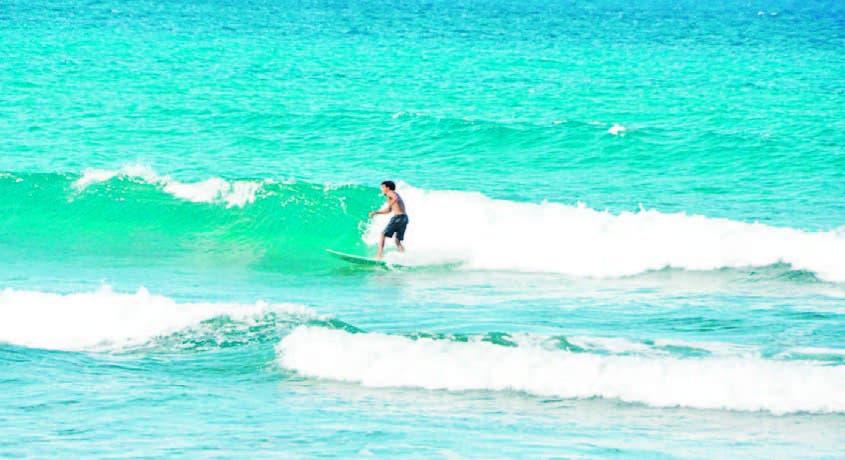 En la playa se realizan importantes competencias de deportes como el surfing