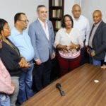 Foto de Luis felicita a Xiomara y a todos los maestros