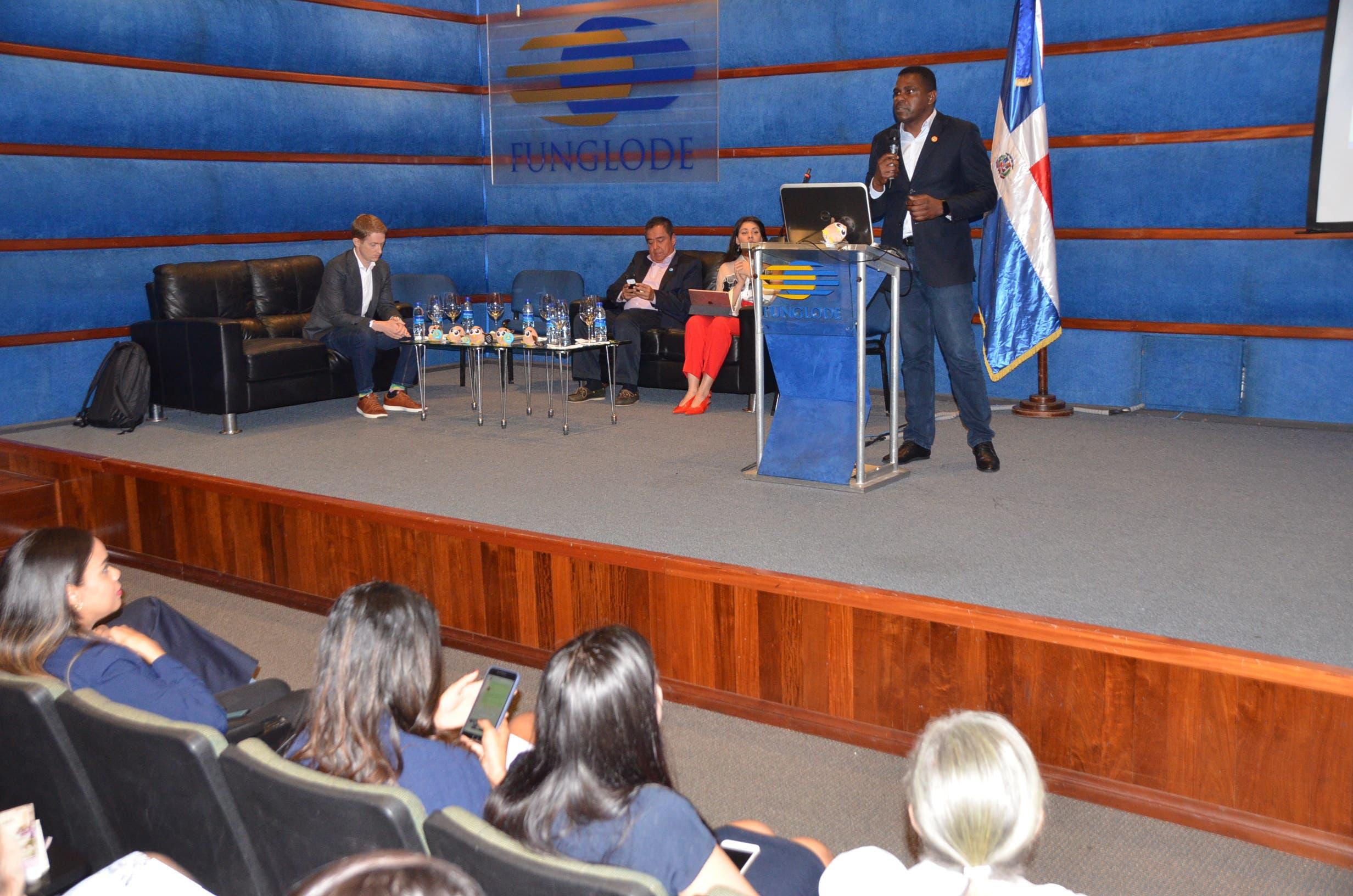 Héctor Suero, coordinador de la Unidad de Ciberpolítica del OPD-FUNGLODE, y panelista.