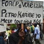 """Imprimir todo En una ventana nueva Se ha generado disturbios a la protestada convocando llamada como e """"Día Nacional de Protestas en Haití contra la corrupción y la dignidad"""". Gran parte de la capital paralizada, se producen choques entre manifestantes y agentes policiales. Según reportes de algunos medios locales, informan que en estos momentos tienen sitiado al presidente de Haiti, Jovenel Moïse en el norte del país para un posible golpe de Estado. Foto/ Julio Gómez 17/10/2018"""