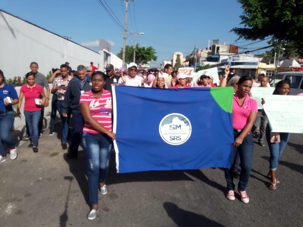 Cientos de personas marchan contra el cáncer de mama