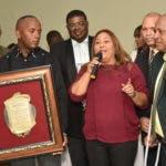 La licenciada Rocio Hidalgo, recibe la placa de reconocimiento en representacion de Rene Jaques