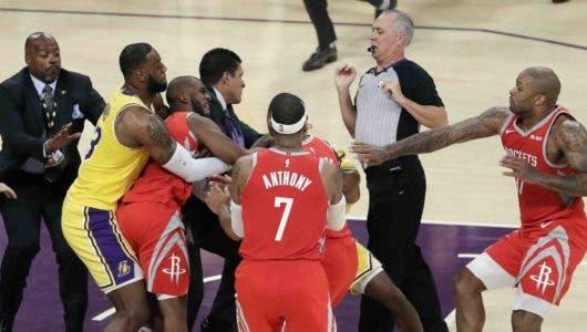 Video: Trifulca arruina debut en casa de LeBron con los Lakers
