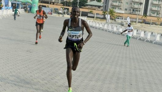 El keniano Kiptum bate el récord mundial de media maratón en Valencia
