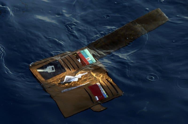 Encuentran restos y escombros de accidente aéreo de Indonesia