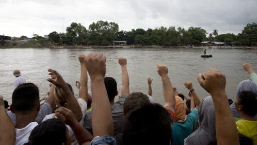 Una caravana con unos 3.000 migrantes llega a localidad guatemalteca en la frontera con México