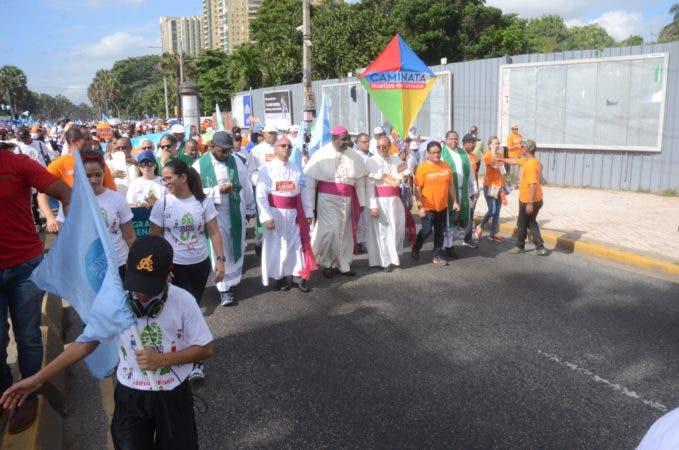 """1. Cientos de dominicanos caminaron en caminata """"Un Paso por Mi Familia""""."""