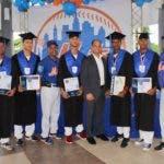 1-Principal- Rafael Landestoy%2c Juan Genderson y Osvaldo Virgíl junto a los prostectos de los METS graduados de bachiller