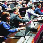 La Cámara de Diputados aprobó en segunda lectura el proyecto de ley que regula el otorgamiento de la fuerza pública para llevar a cabo las medidas conservatorias y ejecutorias (embargos). La pieza legislativa,  de la autoría de los diputados Henry Modesto Merán y Demóstenes Martínez, tiene por objeto asegurar la legalidad y la ética de las actuaciones de los alguaciles y agentes que lo asistieren. Hoy/Fuente Externa 21/11/18