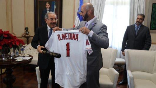 ALBERT PUJOLS visita al presidente Medina; dice estará bien para el 2019