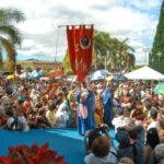 PUERTO RICO REYES MAGOS:SJU27 JUANA DIAZ (PUERTO RICO) 06/01/05 .- Procesión realizada durante la presentación de los Tres Reyes Magos, Gaspar, Melchor y Baltasar, quienes participaron en el Festival de Reyes Magos de Juana Diaz, en Puerto Rico. Cada 6 de enero por más de cien años, se ha conmemorado el viaje que dieron las figuras tradicionales de la Navidad puertorriqueña, quienes según la tradición cristiana siguieron una estrella que los guió hasta el niño Jesús para llevarle regalos como Oro, Mirra e Incienso. En las pasadas semanas los Reyes Magos de Juana Diaz viajaron a El Vaticano donde fueron recibidos por el Papa Juan Pablo II como parte de un esfuerzo por mantener viva y presente la tradición. EFE/Miguel Ortiz