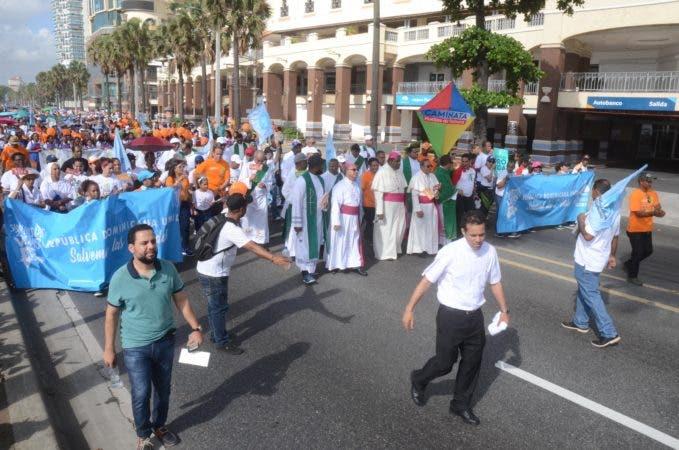 """3. Cientos de dominicanos caminaron en caminata """"Un Paso por Mi Familia""""."""
