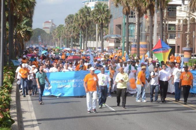 """4. Cientos de dominicanos caminaron en caminata """"Un Paso por Mi Familia""""."""