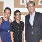 Rostros. Alemania. Marjorie Jiménez, Bryan Autchinson y el embajador alemán Volker Pellet