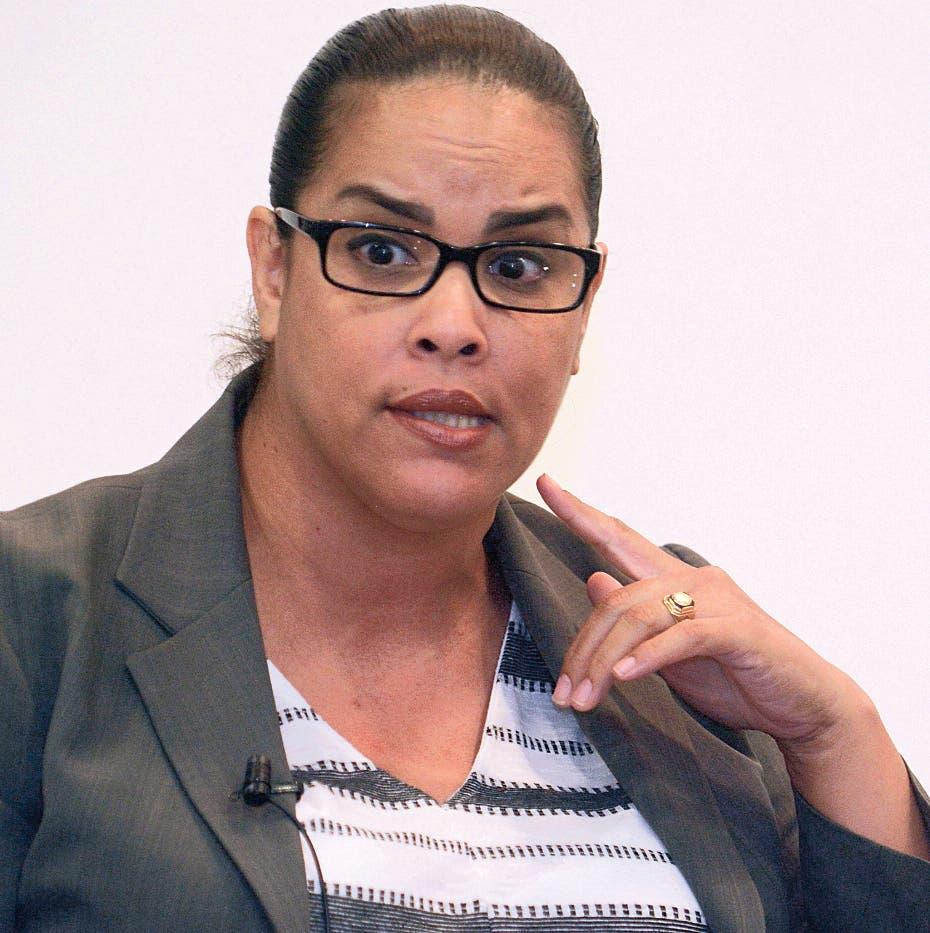 Laura Acosta habla durante el Almuero del Grupo de Comunicaciones corripio con la participación de abogados expertos en temas de como afrontar la crisis de la justicia. Hoy/Arismendy Lora